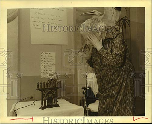 Historic Images - 1988 Press Photo Willow Home Resident Johanna Lerner Prays Before Turning Candle