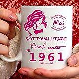 Tazza 1961 compleanno Donna 60 anni. Idea regalo: Mai sottovalutare una donna nata nel 1961