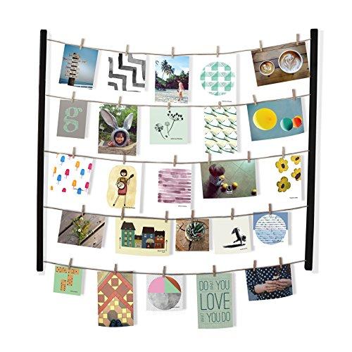 Umbra Hangit Fotowand – Collagenbilderrahmen mit Drahtgarn und Mini Wäscheklammern zum Aufhängen von Fotos, Bildern, Postkarten und Kunst, Holz/Schwarz