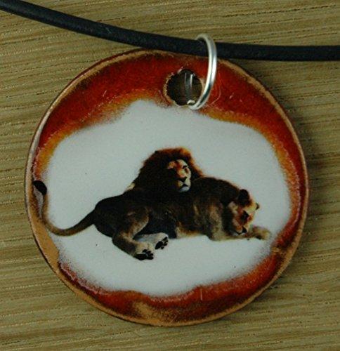 Echtes Kunsthandwerk: Hübscher Keramik Anhänger mit zwei Löwen; König der Tiere, Afrika, Großkatze, Raubtier, Bengalkatze, Katze