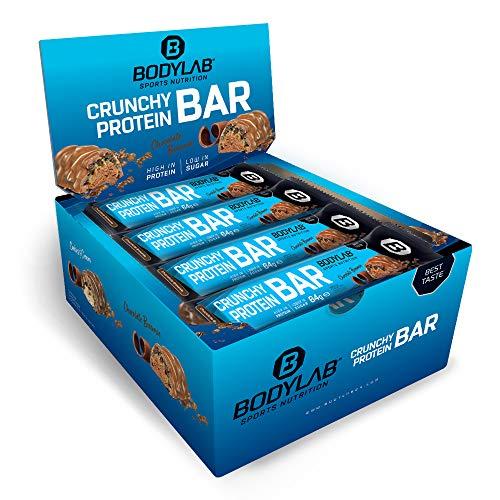 Bodylab24 Crunchy Protein Schoko Brownie 12 x 64g Vorratsbox, knuspriger Protein-Riegel mit Schokoladenüberzug, mit 20g Eiweiß pro Riegel, High-Protein Low-Sugar, Eiweiß-Riegel mit wenig Zucker