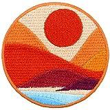 Parche termoadhesivo para la ropa, diseño de Junto al mar con las montañas brillantes Explore al aire libre