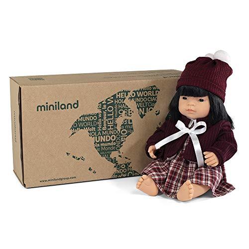 Puppe + Zubehör Geschenkset: Babypuppe mit asiatischen Mustern und Kleidungsset mit Jacke und Mütze (31206)