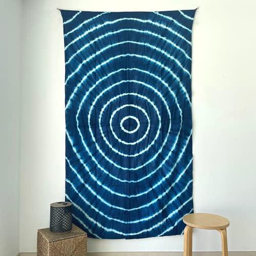 MOMOMUS Tapiz Shibori Tie Dye - 100% Algodón, Grande, Multiuso - Tapices de Pared Decorativos Ideales para la Decoración del Hogar, Habitación o Salón - Azul B, 135x210 cm