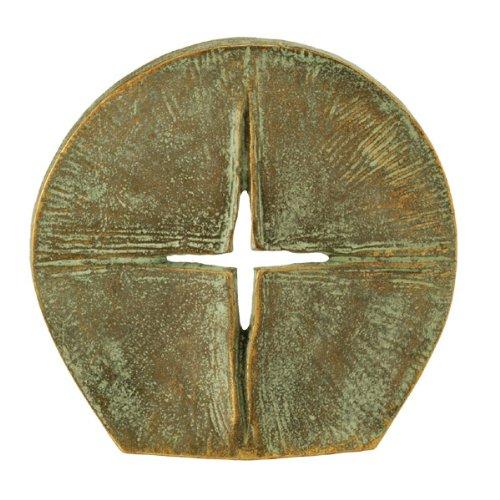 Aussergewöhnliches Stehkreuz aus Bronze »Durchbrechendes Licht«. Die spezielle Patinierung verstärkt den Lichtcharakter dieses Standkreuzes, Ø 8,0 cm