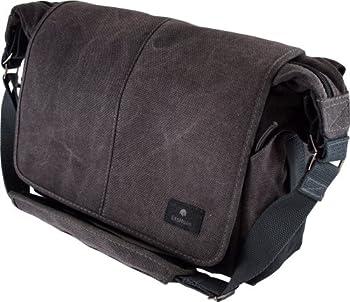 自然な風合いのキャンバス生地を使用し、耐久性に優れた収納力の高いカメラバッグ バッグ両側に小物の入るサイドポケット 前面のポケット x 3、背面ファスナー付きポケット x 1 内寸:W300 x H220 x D115mm 質量:962g 素材:コットンキャンバス他