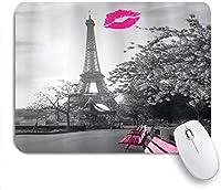 ピンクのベンチとキスマークが付いたエッフェル塔の印刷されたマウスパッドパリのロマンチックなモノクロ写真、ゲームプレーヤーのオフィス用の装飾的なマウスパッド、デスクの装飾、9.5x7.9インチ