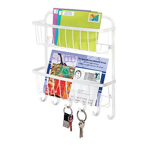 mDesign Organizador de cartas con cestas y llavero para recibidor o cocina – Amplio guarda cartas con 2 baldas metálicas – Práctico colgador de pared con 6 ganchos cuelga llaves – blanco mate