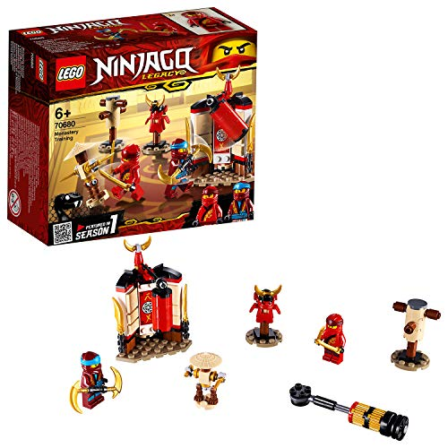 Include 2 minifigure LEGO NINJAGO: Kai e Nya Questo set LEGO NINJAGO è dotato di una stazione di allenamento per ninja costruibile con sacco da boxe rotante, 2 lame kuan tao dorate e una lama lunare, manichino di addestramento con 2 pugnali staccabil...