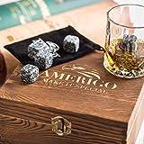 Deluxe Whisky Steine Geschenkset - Sei anders bei der Geschenkauswahl - Luxus Handgemachte Holzkiste mit 2 Whiskey Gläsern - 8 Granit Kühlsteine + Samtbeutel - Whisky Stones Gift Set - 8