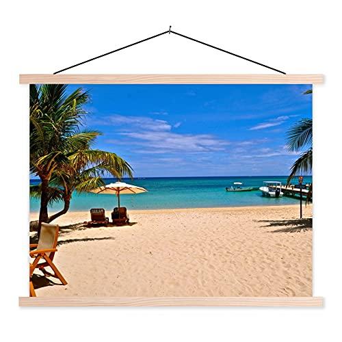Textil Poster Bahia Inseln - Palmen mit Strandkorb und Sonnenschirm am Strand in Roatan 150x113 cm / Sea Beach Wandbild auf Textil mit holzfarbene Rahmen - Scroll Poster/Textilplakat/ Schulplakat