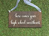 43LenaJon Here Comes Your High School Sweetheart – Here Comes The Bride Sign – Panneau de Mariage – Here Comes The Bride Sign – Panneau personnalisé