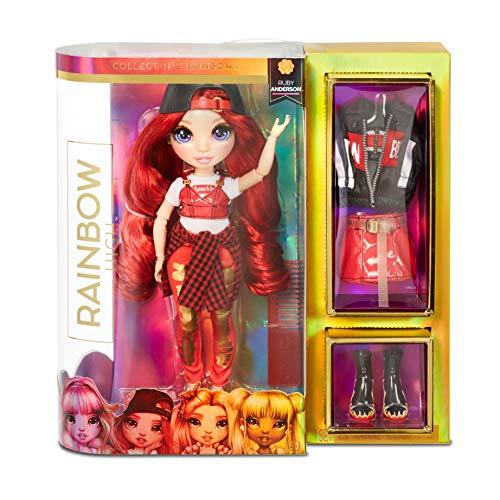 Rainbow High Muñeca de Moda - Ruby Anderson Muñeca en Rojo con Conjuntos Elegantes, Accesorios y Soporte para Muñeca, Rainbow High Serie 1, Regalo Óptimo para Niñas a Partir de 6 Años