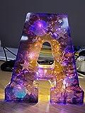 Lampara Letras Luminosas Grandes Con Luces LED y Conexión USB, Altura 15 cm, Letras Decorativas A-Z, Modelo Morado Claro con Estrellas (S)