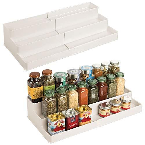 mDesign Kunststoff Verstellbar Erweiterbar Küchenschrank Speisekammer Regal Organizer Gewürzregal mit 3 Ebenen der Aufbewahrung für Gewürzflaschen, Gläser, Gewürze, Backzubehör, 2er Pack – Creme/Beige
