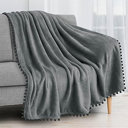 PAVILIA - Manta con pompón, color gris oscuro | Manta de forro polar suave con flecos para sofá cama | Manta decorativa acogedora de...