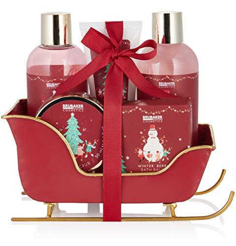 BRUBAKER Cosmetics Bade- und Dusch Set Winter Beeren Duft - 6-teiliges Geschenkset im Schlitten Weihnachten - Weihnachtsset für Frauen und Männer