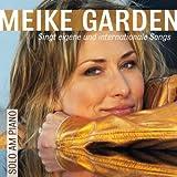 Meike Garden singt eigene und internationale Songs solo am Piano