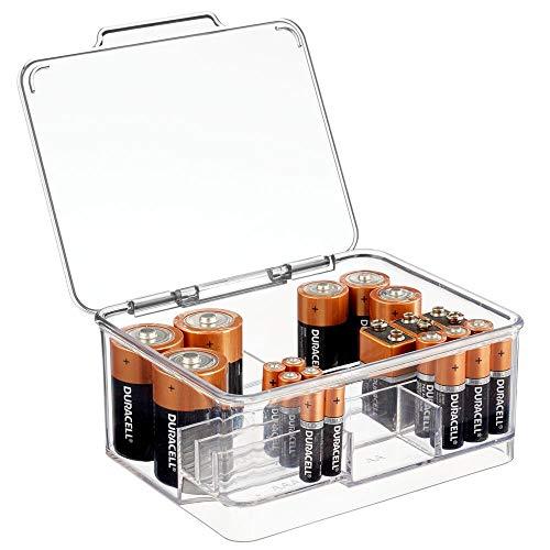 mDesign Contenedor de pilas y baterías de diversos tamaños – Caja con compartimentos apilable ideal como portapilas – Cajas de plástico con tapa – transparente