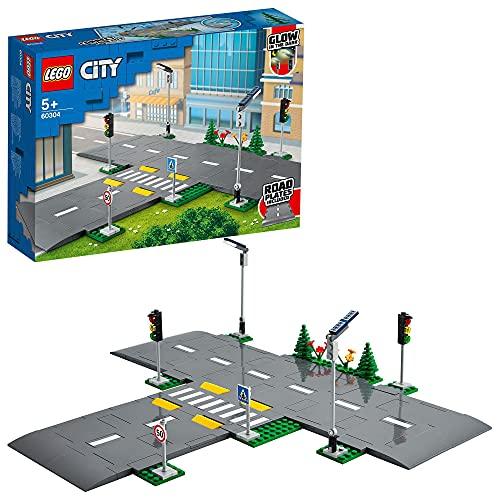 LEGO60304CityBasesdeCarretera, SetdeConstrucciónconPlacasdeCarretera,SemáforosyLadrillosQueBrillanenlaOscuridad