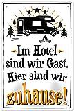 """Blechschilder Lustiger Camping Spruch: """"IM Hotel SIND WIR GAST. Hier SIND WIR ZUHAUSE!"""" Deko Metallschild Schild für Camper Wohnmobil Wohnwagen Geschenkidee 20x30"""