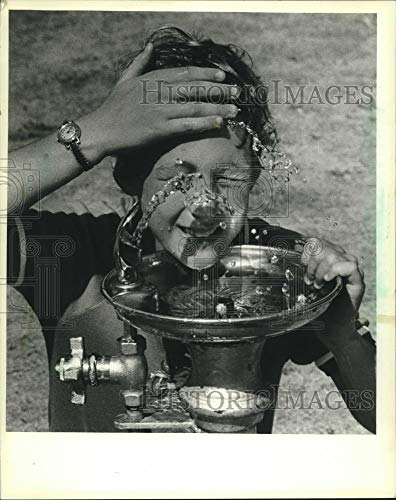 1983 Press Photo Jamie Maier cools off at water fountain, St Francis, Wisconsin - Historic Images