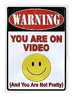 ビデオ上にいる警告 メタルポスタレトロなポスタ安全標識壁パネル ティンサイン注意看板壁掛けプレート警告サイン絵図ショップ食料品ショッピングモールパーキングバークラブカフェレストラントイレ公共の場ギフト