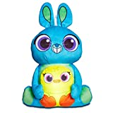 Peluche veilleuse 2-en-1 Toy Story Ducey et Bunny Illuminez l'heure du coucher avec ce duo de doudous Toy Story Il suffit d'appuyer sur Ducey pour qu'il se mette à briller S'éteint automatiquement au bout de 10 minutes Idéal pour aider les enfants à ...