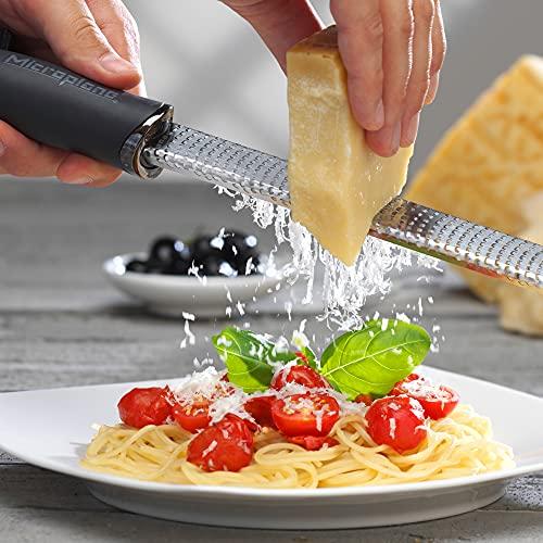 「チーズのおろし金」として一押ししたい商品は、マイクロプレイン「ゼスターグレーター」。Amazonのおろし器売れ筋ランキングでずっと上位に君臨している商品です。  「料理研究家リュウジのバズレシピ」でお馴染みのYouTuberであり、料理研究家のリュウジ先生がオススメされたことで、一気に話題になりました。