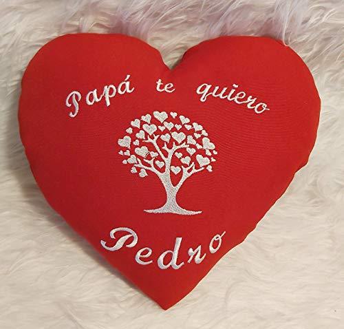 Cojín personalizado día del Padre, con su nombre bordado a máquina y con un árbol de la vida con corazones. No desenfundable. Tamaño 32X30 y peso 125gr.