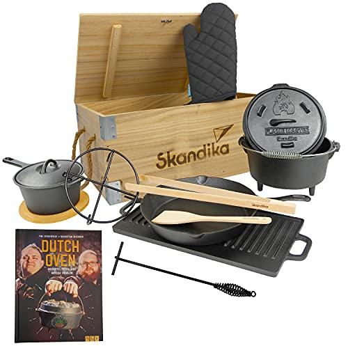 Skandika Dutch Oven Set Flame Master in Holzkiste | 11-teilig, inkl. Rezeptbuch der Sauerländer BBCrew, bereits eingebrannt, viel Zubehör, Dreibein, viel Zubehör | Kochset aus Gusseisen, Grill, BBQ