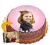 Photo gateau anniversaire personnalisé fille, garçon, adulte comestible. Disque pate à sucre 20 cm - convient pour tous types de gâteaux. Mettez en valeur vos proches avec votre propre photo + détourage et fond assorti + votre texte personnalisé. Env...
