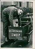 Señor 'G.A.S' Leveson-Gower, como barredora de chimeneas - Foto de prensa vintage