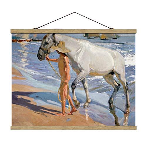 Bilderwelten Foto su Tessuto da Parete con Bastone - Joaquin Sorolla - Il Bagno del Cavallo, 75cm x 100cm, Legno di Quercia