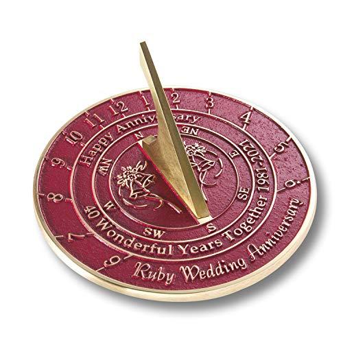 The Metal Foundry Reloj de sol para aniversario de boda 40 Ruby 2021, latón reciclado, ideal como regalo para él, ella, padres, abuelos o pareja en 40 años de matrimonio.