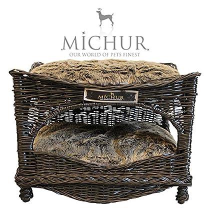 Michur Marsupilami, ca. 62x45x45cm (Kissen 58x40x6cm), unser Katzenkorb aus Weide / Katzenbett in Braun. Das Modell Marsupilami ist aus Weide – geflecht gefertigt. Zu jedem Körbchen werden 2 Kissen geliefert. Michur Körbchen aus Weide für Hunde und K...