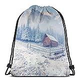 Bolsa de deporte con cordón para gimnasio, cincha de viaje, para mujeres, hombres, niños, antigua granja en la temporada de nieve, montañas y bosque esmerilado, fotografía rústica de vida