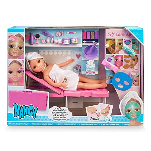 Nancy - Un día de spa, muñeca con toalla y tumbona de spa, set para hacer mascarillas, maquillaje de purpurina y accesorios de belleza, para niñas y niños a partir de 3 años, Famosa, (700016639)