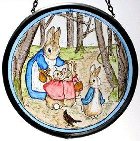 Vitrail décoratif peint à la main - Attrape-soleil/cocarde de Beatrix Potter - Mme Lapin avec Flopsy Bunny et Peter in the Wood