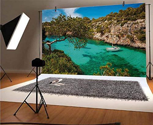 Fondo para fotografía de vinilo Nature de 5 x 3 pies, pequeño yate flotante en el mar, Mallorca, España, Rocky Hills, árboles de bosque, vista panorámica, fondo para fotos de bebé, recién nacidos