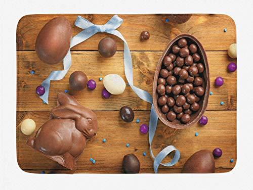 Tappetino da bagno con coniglietto pasquale, deliziosa cioccolata con nastro di uova su un tavolo in legno Preparazione per le vacanze, tappetino da bagno con decorazioni in peluche con supporto antis