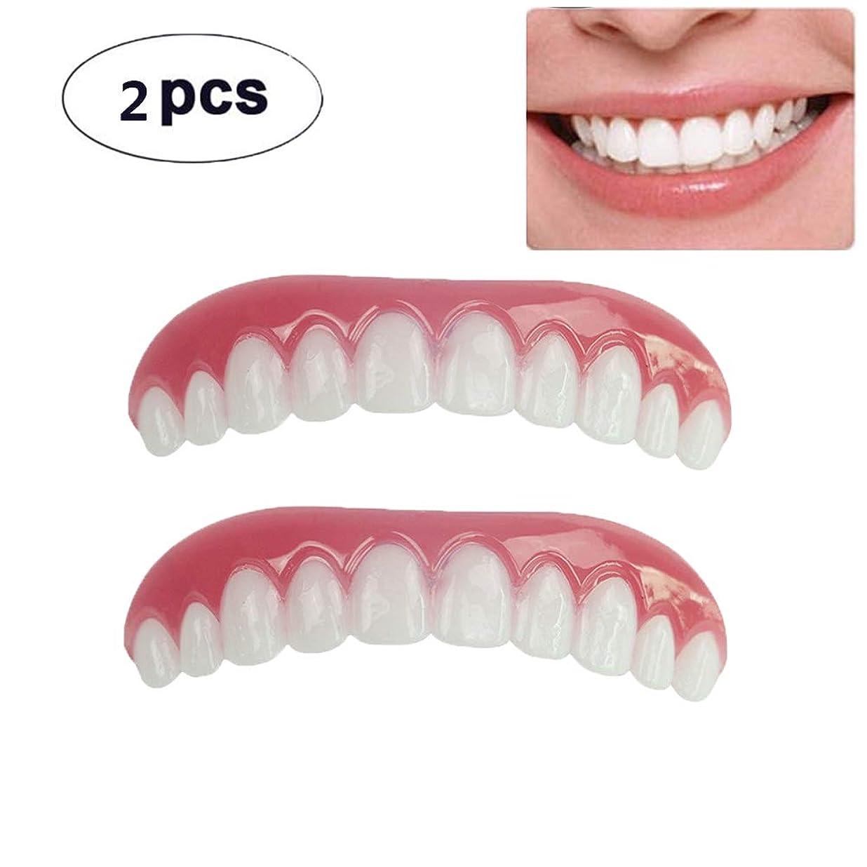 叫ぶ困難事前に2枚の歯科用化粧板が歯の化粧化粧板の上部にぴったり合うサイズがすべての義歯の接着剤の歯に似ています偽の歯の笑顔