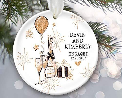 Yor242len Engagement Gift voor Engaged Couple Gepersonaliseerde Kerst Ornament Engagement Ornament Eerste Kerstmis met wijn en nep glitter