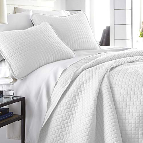Vilano Springs, Premium Quality, Soft, Wrinkle, Fade, & Stain Resistant, Easy Case, Oversized Quilt Cover Set with 1 Quilt Set and 2 Shams, King / California King, Bright White