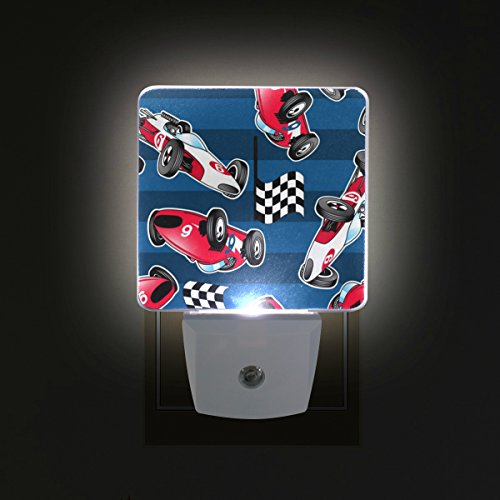 TIZORAX Coche de carreras con rayas azules Plug in Dusk to Dawn Sensor de luz LED noche luz de pared para dormitorio, baño, pasillo, escaleras, eficiencia energética
