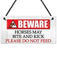 馬が蹴りのサインをかむことがある馬に餌を与えない馬小屋の門馬の馬のプラークに注意してください
