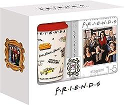 Friends compie 25 anni La serie amata che ha segnato la storia di una generazione ed ha appassionato i giovani di tutto il mondo con storie coinvolgenti, risate e lacrime 10 stagioni - 236 episodi - 49 DVD La confezione contiene: 1 box con le prime 5...