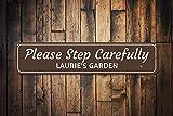 qidushop Letrero Personalizable con el Nombre del Jardinero con Texto en inglés «Please Step Carefully»