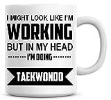 Yo podría Look Like I 'm Trabajo pero en mi cabeza i' m haciendo Taekwondo Taza de café