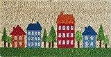 Zerbino Ingresso Casa in Cocco con Base in PVC Dipinto a Mano Raffigurante Case Rosse e Blu con Alberi 50X25X2 cm. Facile da Pulire e Ultraresistente